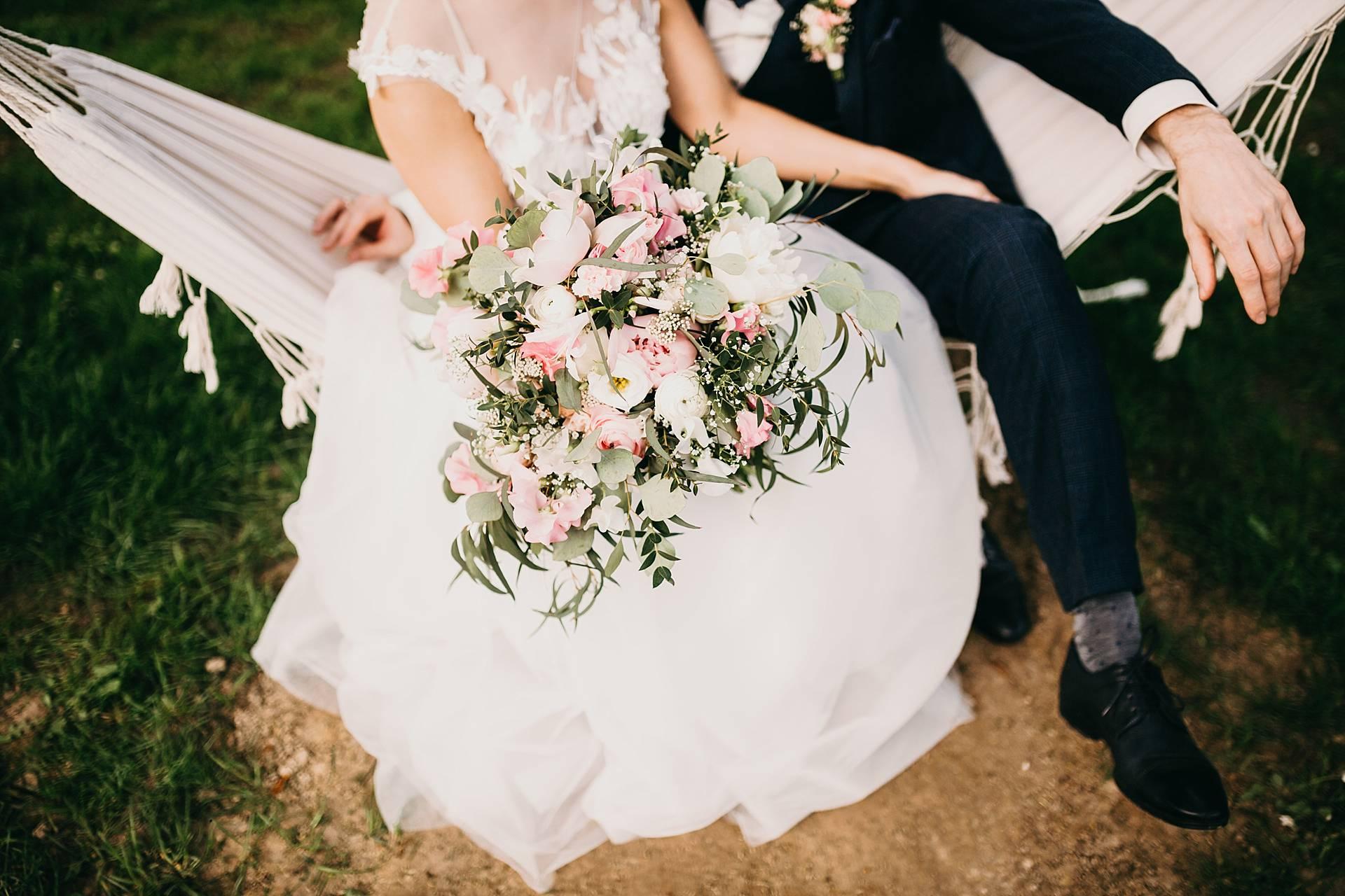 Hochzeitsfotos von dem Brautpaar und dem Brautstrauß.