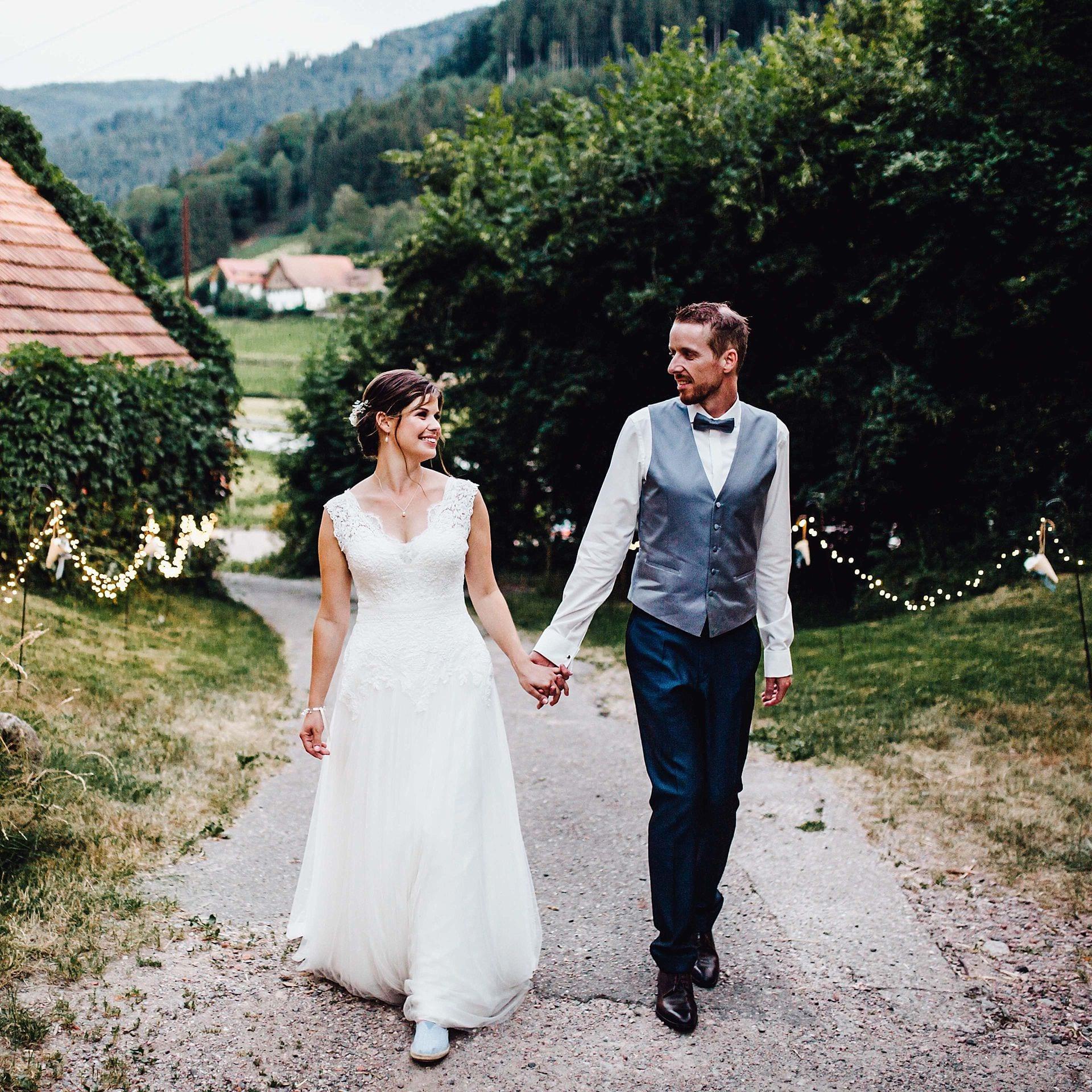 Brautpaar in der Natur.